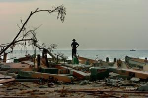 Foto: TT/Björn Larsson Ask. Stranden vid Khao Lak fem dagar efter tsunamin slog till