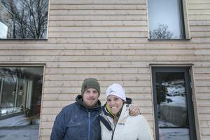 Robin Törnqvist och Sara Hector framför sitt renoverade hus. Panelen kommer att lämnas omålad och färgas av tidens tand.