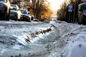Framkomligheten har varit begränsad längs vissa av Faluns gator. Så här såg det ut längs Bergmästaregatan strax efter årsskiftet.