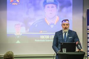 Rikard Grönborg presenterar Viktor Lööv på en presskonferens på måndagen. Foto: Bildbyrån.