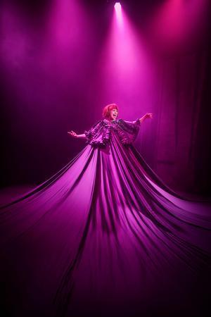 Anna Fahlstedt förvandlas till en discodiva när hon sjunger en underbart sexig version av