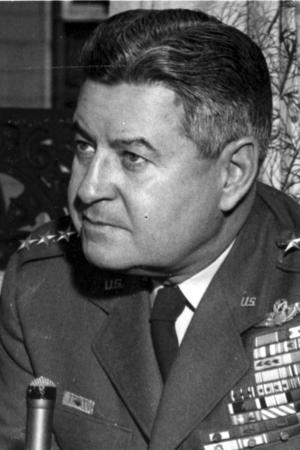 Den amerikanske generalen och flygvapenchefen Curtis E. LeMay inspirerade Stanley Kubrick till  generalerna Buck Turgidson och Jack D. Ripper i filmen