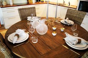 Carin har dukat upp för fin middag i köket. Bordet och stolarna kommer från Mio. Karafferna från Newport.