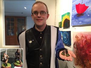 Salakillen Emil Fröjdhammar älskar figurspel och målade sin första modell redan 2007. På utställningen Konstober visar han upp många modellfigurer men två favoriter är Han Solo och Chewbacca från Star Wars.