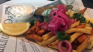 Fish & chips ska ätas med fingrarna direkt ur papperet. Foto: Lunchkollen