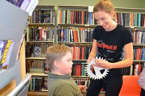 André Hall får hjälp av Lina Blixt att prova sin mask.