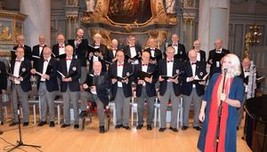 Kvällens höjdpunkt var när de 25 herrarna tog i från tårna och sjöng Staffansvisan med full kraft. Då var det manskör när den är som bäst. Foto: Sven Lindblom