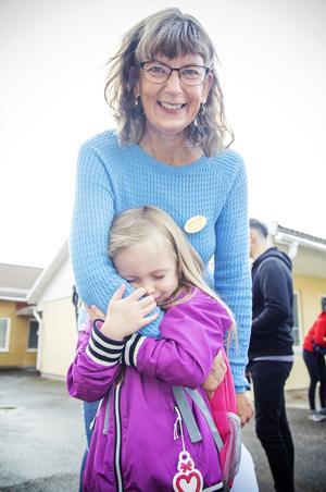 Edith Borgstrand ger sin farmor Annika Björklin en stor kram när hon kommer till skolan.