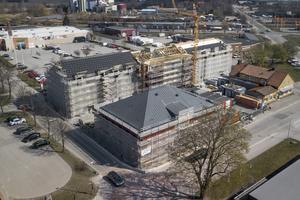 Taket håller på att läggas på byggnaden som ska bli Attendos äldreboende.