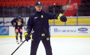–Han körde med hockeygymnasiet i går, när alla andra i laget var lediga, säger Dennis Bozic om nyförvärvet Justin Pogge.