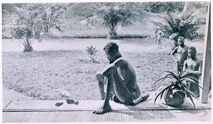 Året är 1904. En kongolesisk man sörjer vid de kroppsdelar som finns kvar av hans  femåriga dotter som blivit styckmördad av gummibolagets hejdukar. Foto: Okänd