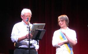 Klas Norberg får priset av Taubesällskapets ordförande Bo Sahlén.Bild: Inger Sahlén