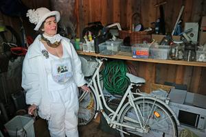 Teresa Janus visar förrådet som bland annat innehåller en cykel – som förstås är målad i vitt.