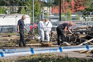 Polisens tekniker undersöker platsen dagen efter explosionen.