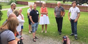 """Ingrid Noord Silversten i rött, Hans Ivarsson och Andreas Silversten med flera lyssnar på föräldrar i Medåker inför en skolvandring i våras. """"Vi vill se en naturprofilerad skola här ute"""", skriver flera socialdemokrater och ledamöter i barn-och utbildningsnämnden."""