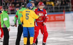 Juri Vikulin hälsar på Andreas Westh, som nu har tackat för sig i landslaget, innan VM-finalen 2018. Foto: Rikard Bäckman / Bandypuls.se / TT