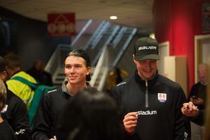 Oliwer Fjellström och och Sebastian Hartmann gjorde sin första ispremiär i Timrå IK och fick träff fansen.