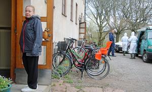 Pia Söderback är en av de boende som fått bo kvar i sin lägenhet. Den andra trappuppgången har evakuerats och delar av den spärrats av. I bakgrunden gör sig polisens tekniker redo för att gå in i huset och påbörja sina undersökningar.