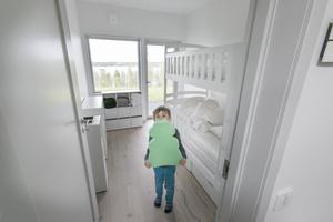 Per Tulner visar gästrummet på nedervåningen i huset.