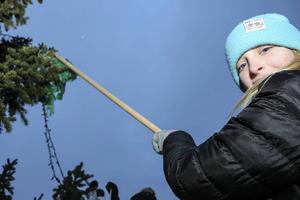 Lina Hagberg, 11, tar hjälp av en pinne för att komma upp lite i höjd.