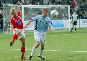 En ung Daniel Bernhardsson och en yngre Patrik Ingelsten i duell på Strömvallen.