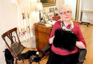 Aina Svedjebrant provar sin gamla muff.