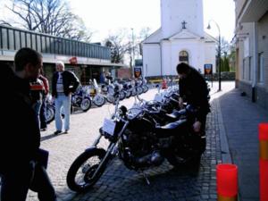 Nyfikna motorentusiaster spanar in motorcyklar på Kyrkogatan.