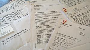 Pappershögen med olika läkarintyg och -utlåtanden växer hemma hos Inga-Lill Kaneborn i takt med att Försäkringskassan avslår hennes ansökningar om sjukpension och sjukpenning.