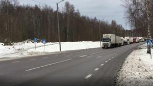 Vägen stängdes av och trafiken stod helt stilla under tisdagsförmiddagen.