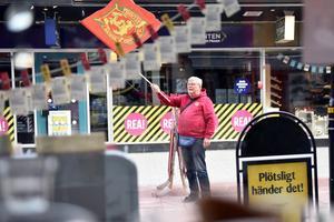 Utsikten från Hälsobutiken där man ser Nille, inte helt oväntat, vifta med en Mora IK-flagga.