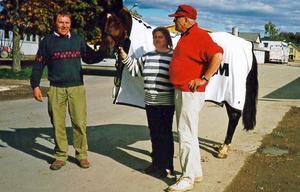 Nisse Dahlberg (till vänster) med hästen Lormex och dess ägare Erik Ström. I mitten Lisa Broman.