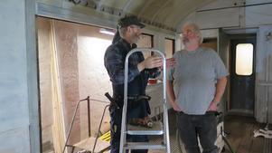 Stein Jensen flyttade från Norge till Sverige och Gävle för fyra år sedan. Han har jobbat som snickare på museum och har värdefulla kunskaper att bidra med. Bengt Lindberg är arbetsledare och ser till att rätt material och  verktyg finns.