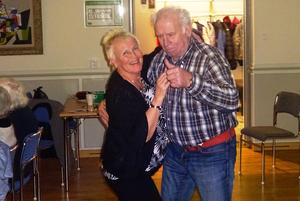 Sam Forslund gör tummen upp då han dansar med Lisbeth Winter. Foto: Kjell Larsson