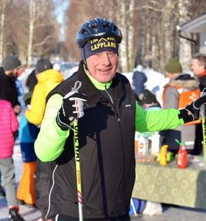 Roger Lundin, enhetschef på fritidsförvaltningen i Borlänge kommun, testade skridskobanan. Foto: Jörgen Notes