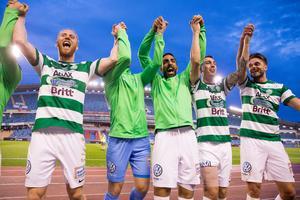 VSK-spelarna firar med fansen på Ullevi. Foto: Michael Erichsen / BILDBYRÅN