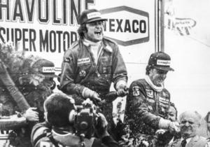 En historisk bild.  Gunnar Nilsson sprutar champagne efter sin enda F1-seger i karriären, Belgiens Grand Prix på Zolderbanan 1977. På tredje plats kom Ronnie Peterson. Enda gången som två svenskar stått på pallen i F1-historien. Foto: AP/TT