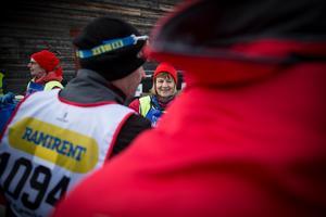En av alla funktionärer, som jobbar ideellt under Vasaloppets olika lopp, Mona Alfredsson från Älvdalen älskar jobbet.