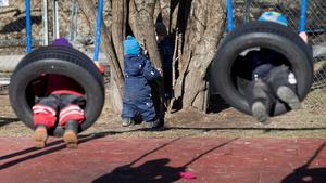 Att ha för stora barngrupper i förskolan borde vara möjligt att straffa med viten tycker insändarskribenten.