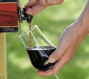 Jag köper bara flaskor från vingårdar och skulle aldrig köpa en vinbox, skriver skribenten.
