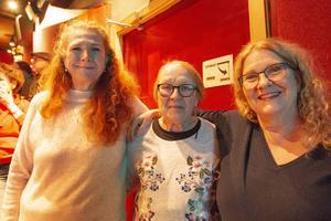"""Astrid Gråberg, Marianne Moverare och Lena Gråberg från Huså herrgård var med. De ställde sin anläggning till förfogande. """"Alla utomhusscener spelades in där"""", säger Lena Gråberg. Alla tre tyckte det skulle bli spännande att få se filmen."""