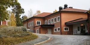 De flesta skolbarn som bor i Segersäng går i Tallbackaskolan i Ösmo, efter sommaren kommer de även få gå på fritids där eftersom fritidsverksamheten i Segersäng upphör.