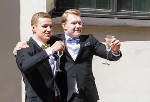 """Simon Skogberg och Albin Eriksson skålar i champagne, eller något champagneliknande. """"Vi är inte nervösa för dansen ikväll"""