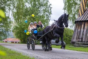 Med Sigrid Bergåkra bakom tömmarna gjorde eleverna storstilad entré med häst och vagn.