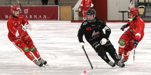 Tillbergas lagkapten Mårten Engström åker mellan två Lidköpingsspelare.