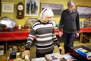 Anita och Peter plockar med saker inför den sista auktionen vid Bollnäs auktionskammare.