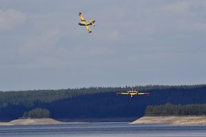 De italienska vattenbombflygplanen har nu tagit sig an branden på Älvdalens skjutfält.