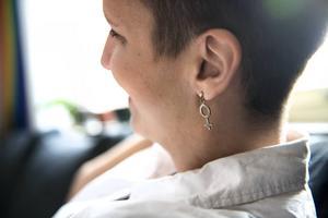 Både Maria och Tina tycker att arbetet med kvinnors rättigheter är viktigt. Marres örhänge är symbolen för kvinna.