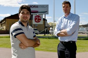 Bashar Mustafa och Henk Noback utanför knivfabriken.
