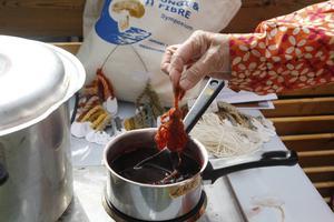 Karin Gerstel använder svampfärgning till sina garner på Nålbindningsfetivalen på Tingshusets innergård.