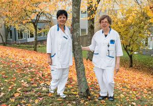Ögonsjuksköterskorna Gladys Diaz och Ulla Göthe utanför Västerås sjukhus.